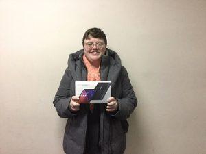 Daphné Giguere-Bosse tenant la tablette qu'elle a gagnée.